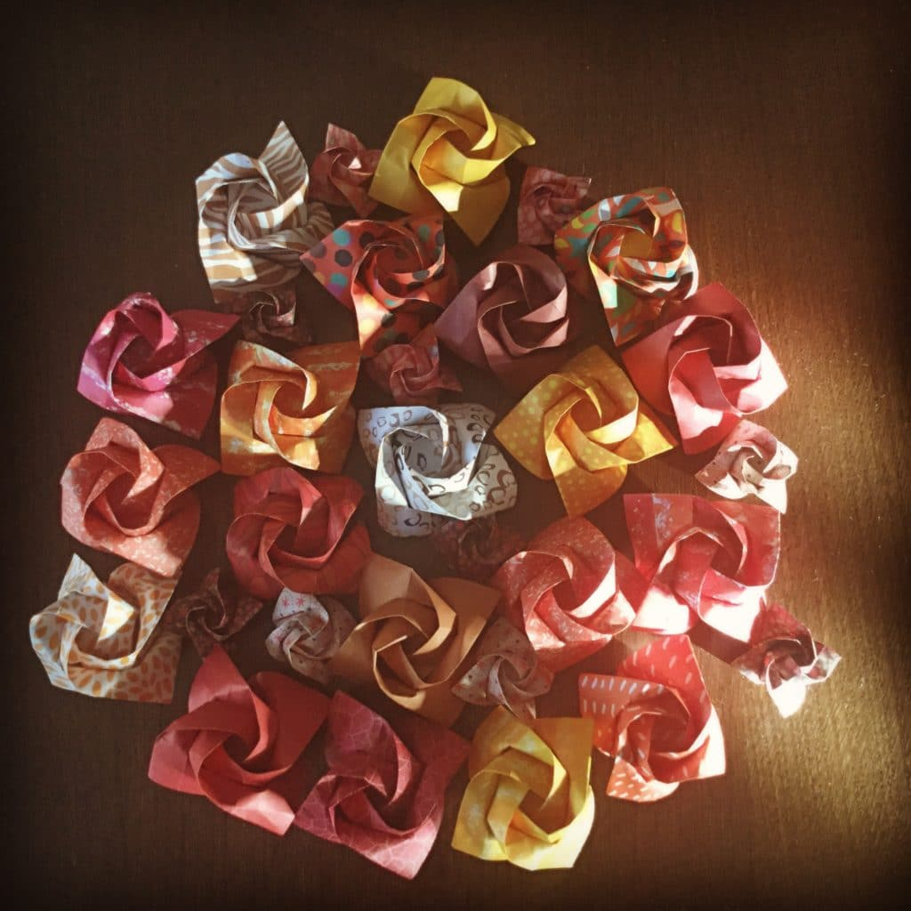 Ensemble de roses en origami